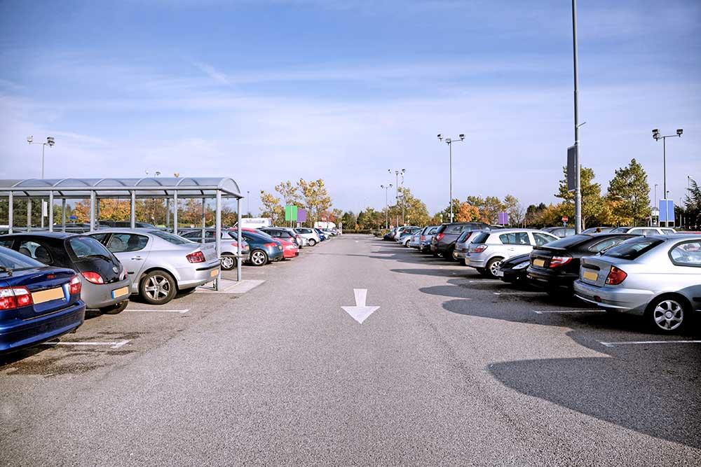 Autos parken auf einem Supermarktparkplatz